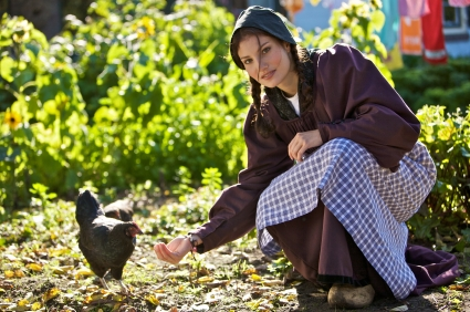 the_countrywoman_is_feeding_a_hen.jpg
