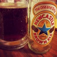 Ha már a Super Bowl környékén ennyit lehetett hallani a Newcastle Brown Ale-ről, akkor ki is próbáljuk.  #beerporn #beer #sortura #newcastlebrownale #superbowl #ale