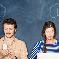 Nő és férfi a közösségi oldalon