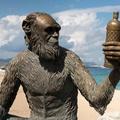 Darwin arcvonású majom egy spanyol ital címkéjén?