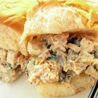 Csirkesaláta-szendvics spenóttal