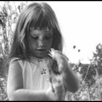 Épp 50 éve ijesztette halálra Amerikát ez a virágszedő kislány