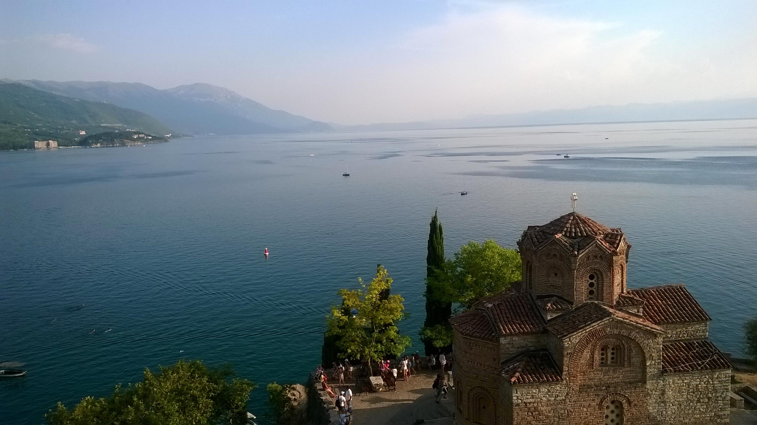Templom az Ohridi-tó partján.