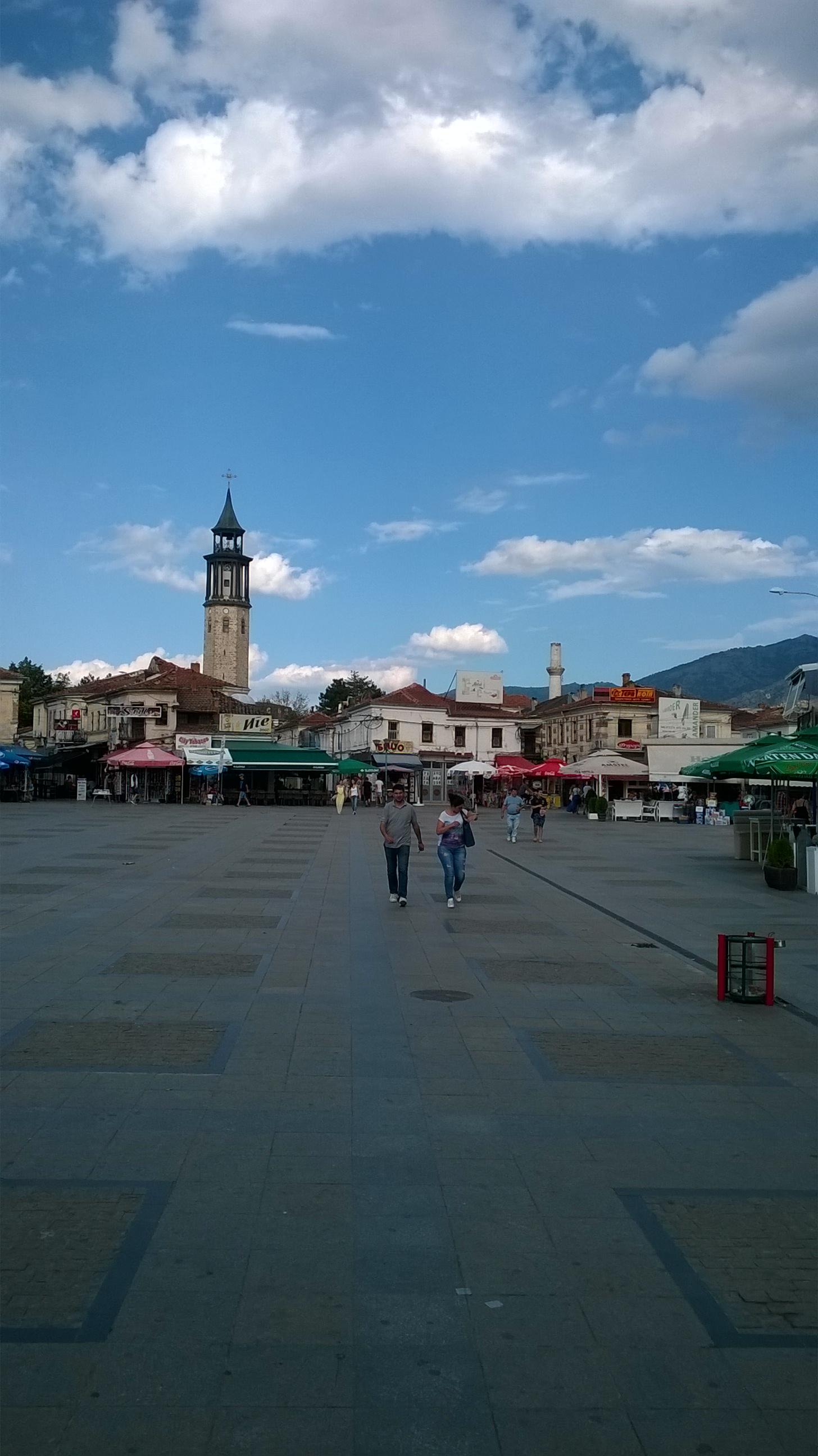 Prilep, főtér. A város két nevezetes tornya, az óratorony és a mecset.