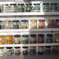 Így készíts házilag mutatós fűszertartó polcot, amin akár 40 különböző fűszert is tárolhatsz