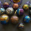 Szemkápráztató flitteres karácsonyi gömbök készítése házilag