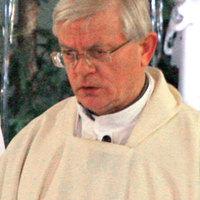 Bíróság tiltott el a szabad blogolástól egy homofób papot