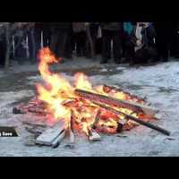 Nézzen nagy tüzet rakó szerbeket!