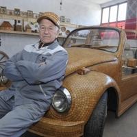 Fából épített autót egy boszniai nyugdíjas