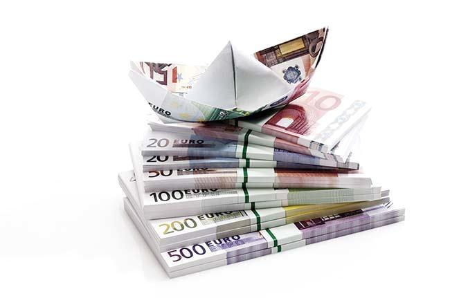 euro_paper_boat_on_bundles_of_euro_notes_close-up_13108cs-u.jpg