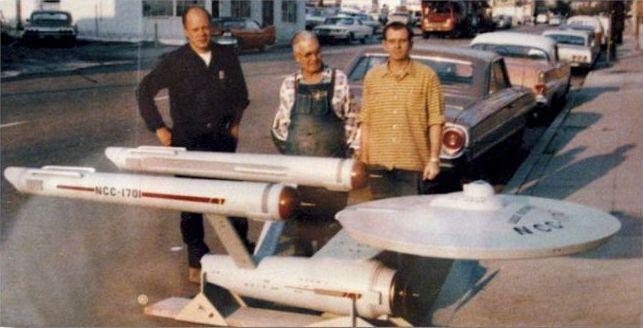 Ezen a fotón Volmer Jensen nem szerepel, viszont  a bal szélen Richard Datin, az alkotó látható