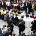 Ferenc pápa a szegényekkel ebédelt