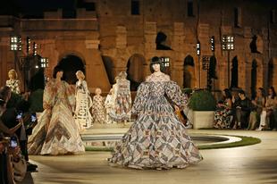 A Fendi nemcsak támogatja a római Palatinus-domb felújítását, de itt mutatta be a 2019/2020-as őszi-téli kollekcióját is