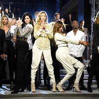 Szexi szupermodellek, világsztárok és a Backstreet Boys a Wall Streeten