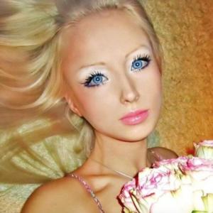 Újra támad az élő Barbie!