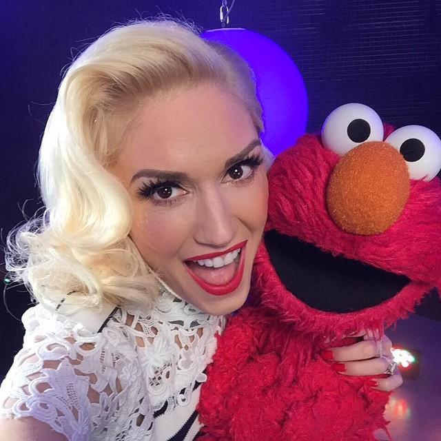 Gwen Stefani nem kispályázott: az énekesnő egy talán még nála is híresebb alakkal, a Szezám utca sztárjával, Elmóval fotózkodott. A lájkok nyilván nem maradtak el :)