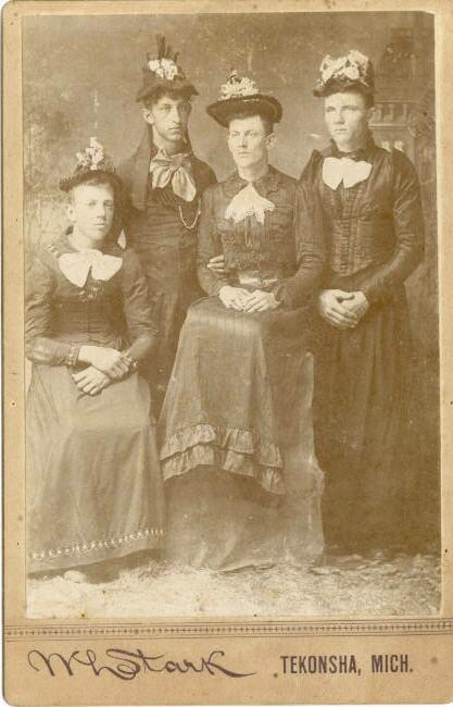 Négy drag queen 1880-ból