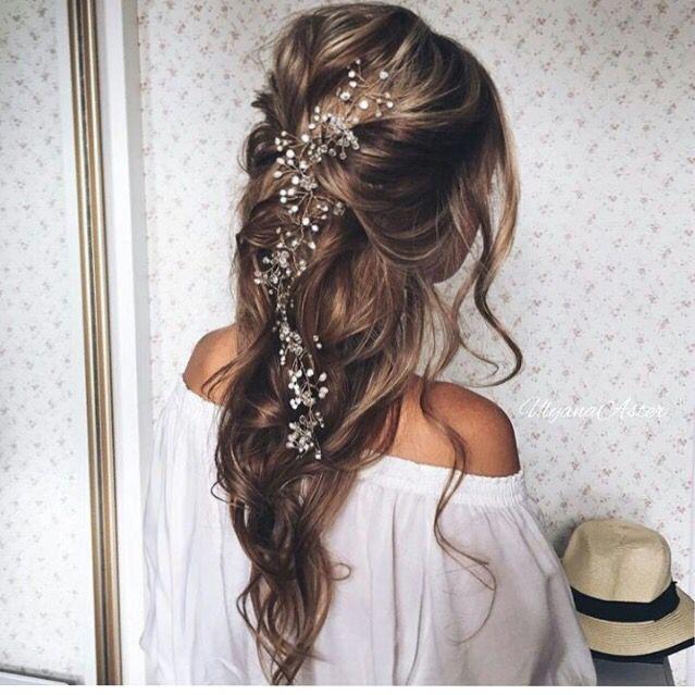 Romantikus és kicsit angyali. Manapság egyre nagyobb divat a kiengedett haj, gyönyörűen hullámosítva, amibe látványos, természetes anyagú díszeket és visszafogott köveket, gyöngyöket építhetünk.