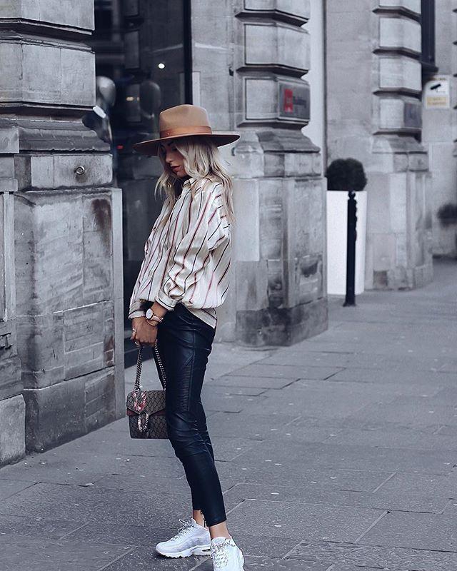 A fekete-barna kombináció nyáron is menő! Hűvösebb időben kapd elő a fényes farmert és a selyemblúzt, majd fejeld meg olyan eklektikus kiegészítőkkel, mint a fehér sportcipő, a klasszikus vonalvezetésű táska és egy könnyed kalap.<br />