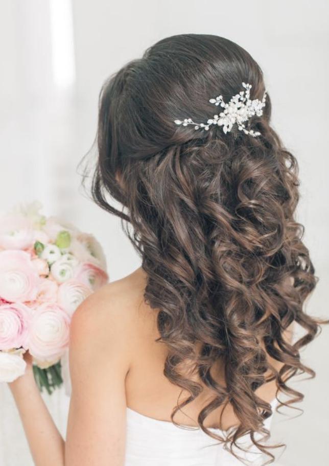 A hullámos lokni örökzöld divat a menyasszonyi frizura trendek között. Törekedjünk arra, hogy a hullámok természetesek legyenek és ne a kellemetlen, szalagavatós stílusra hajazzon.<br />