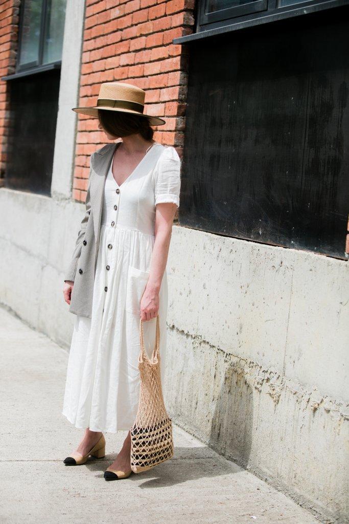 A 90-es évek retró tovább hasít, akár egy gombos ruha és nagyi szatyor formájában is. Hogy elkerüld a napközis tanítónéni feelinget, dobd meg a szettet kalappal és egy maszkulin blézerrel.<br />