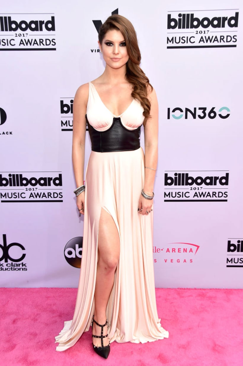 Amanda Cerny YouTube híresség és színésznő úgy gondolta, hogy a pezsgőszínű maxiruha kevés lesz az eseményre (amúgy nem tévedett, nagyon furcsák a ruha arányai), ezért feldobta egy tökéletesen oda nem illő fekete bőr kiegészítővel.