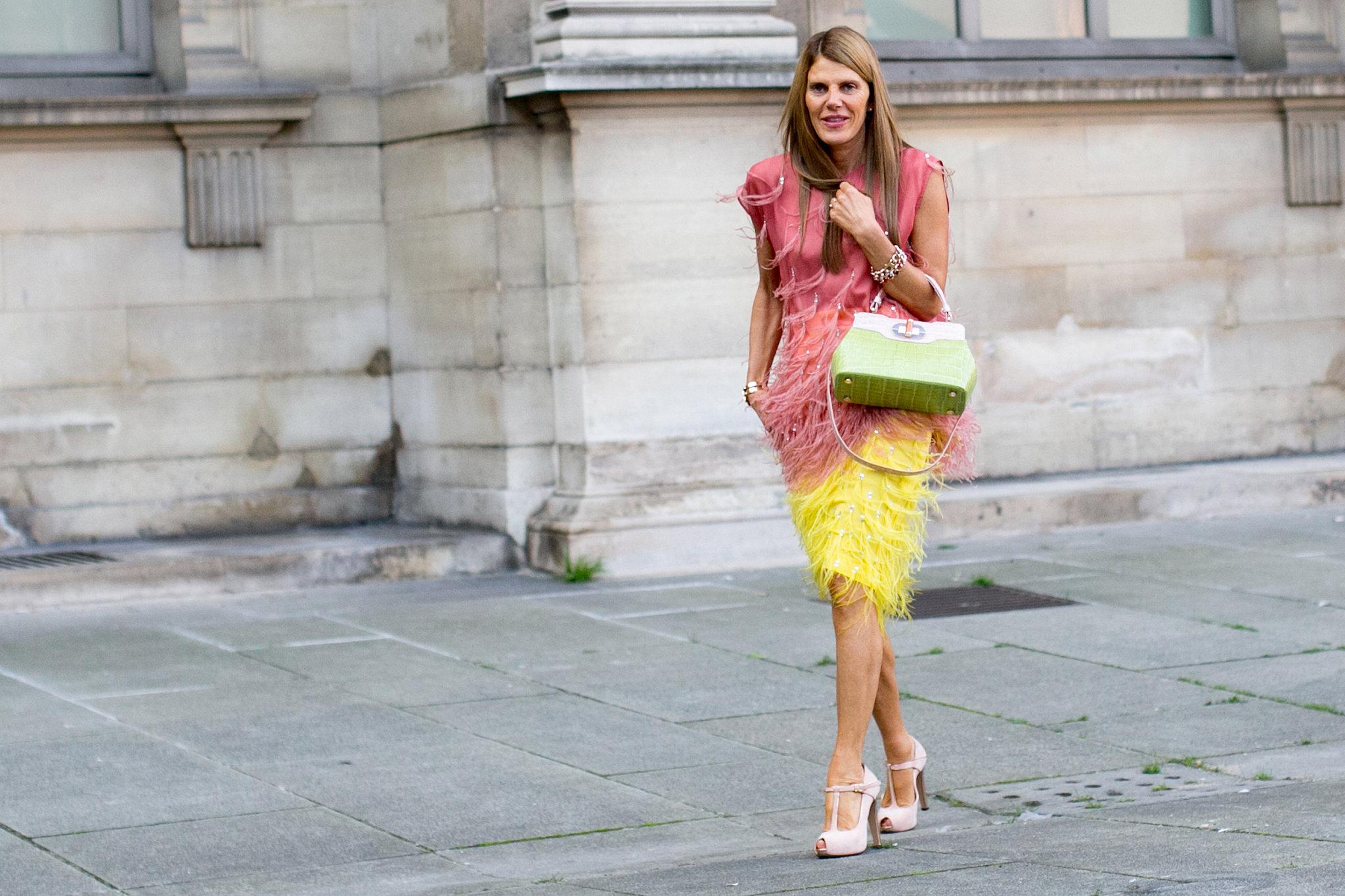 anna-dello-russo-ruled-sidewalk-multicolored-feathers.jpg