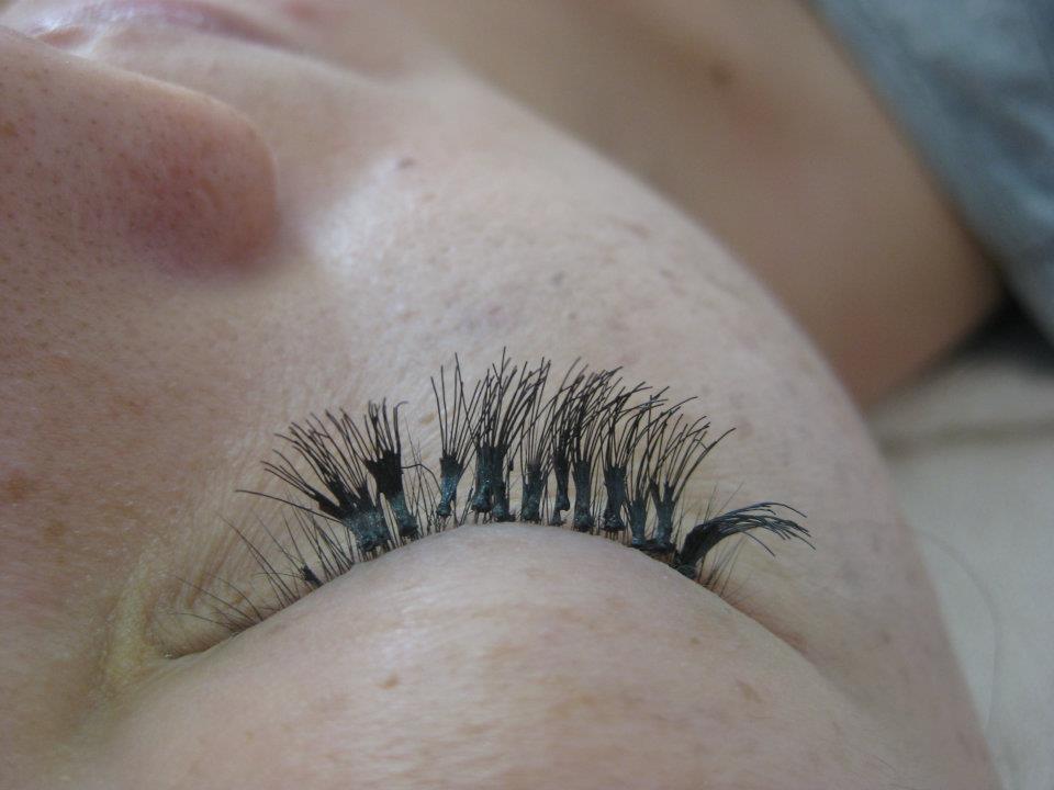 bad-eyelash-extensions_56928467.jpg