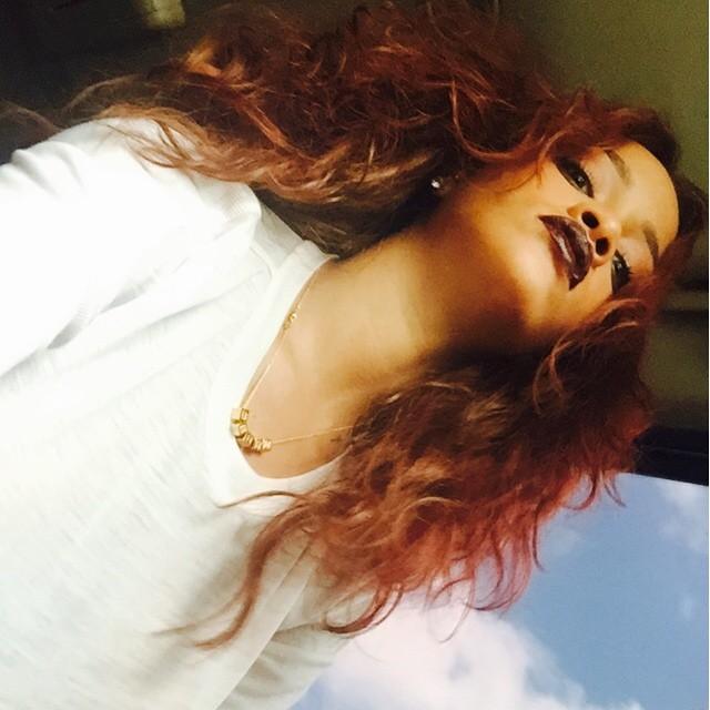 A szokatlan szögek nem mindig rosszak. Tanuljunk Rihanna példájából, aki az alacsony szög ellenére is hibátlanul néz ki, még tokája sincs.