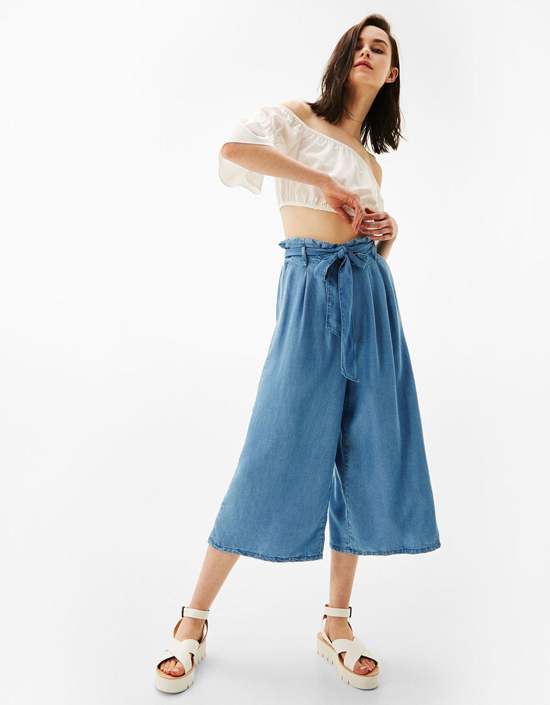 Bő szárú chambray culotte, <a href='https://www.bershka.com/hu/woman/clothes/jeans/flowing-culottes-c1010193215p101020520.html?colorId=428' target='_blank'>Bershka</a></p>