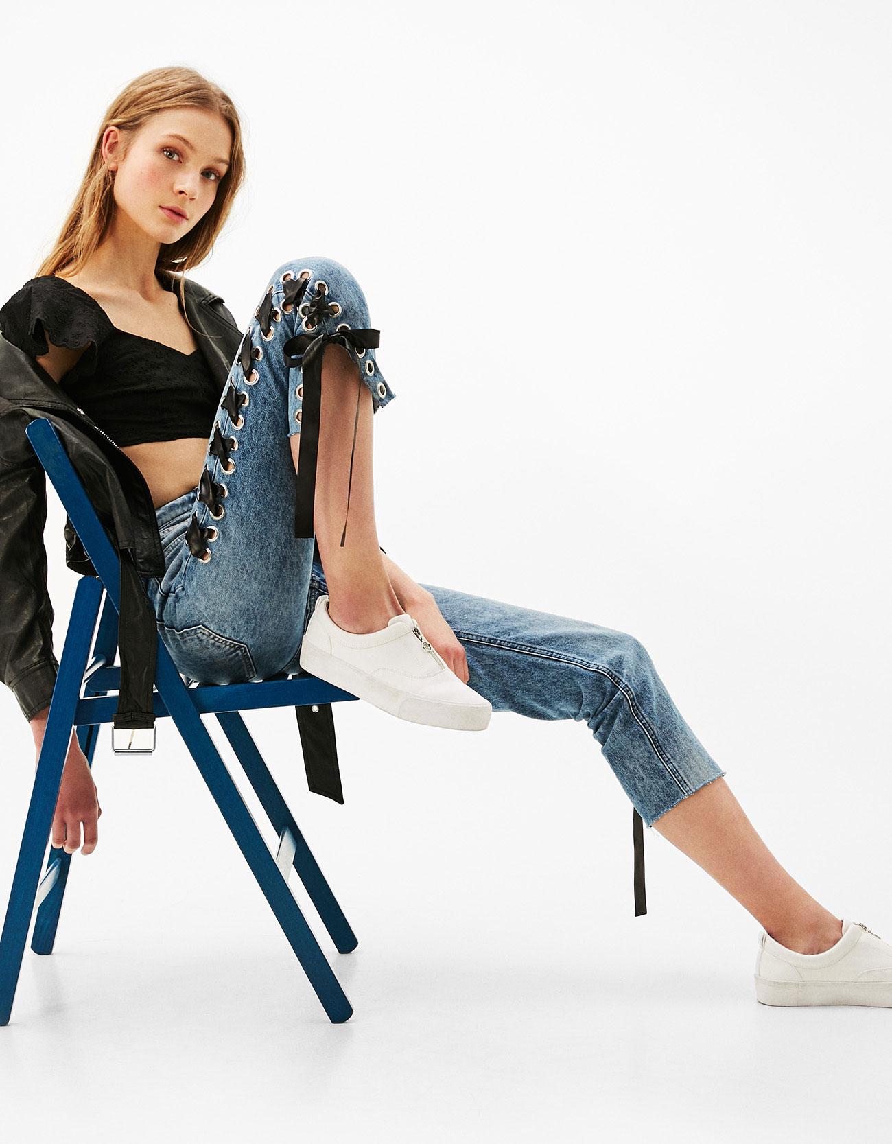 A nem mindennapi megoldás, <a href='https://www.bershka.com/hu/woman/clothes/jeans/high-waist-jeans-with-tie-c1010193215p100904029.html?colorId=428' target='_blank'>Bershka</a></p>