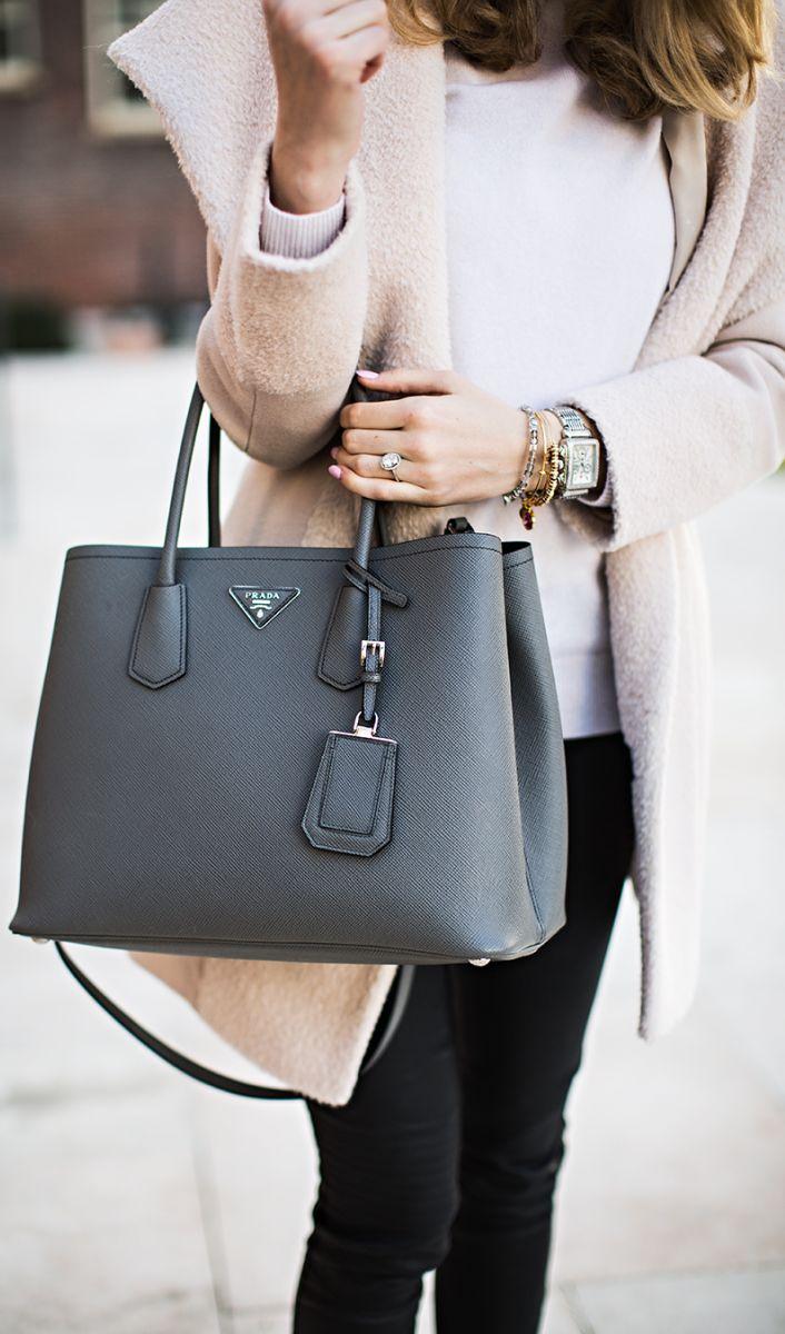 Paris Hilton raptor táskatartása még mindig időtálló, és azt sugallja, hogy előkelő családból származol. Főleg ha az a designer táska minden tekintet odavonz. Ha ruhatárad darabjai nem is állnak kivétel nélkül designer darabokból, a kiegészítőre mindig fordíts kicsivel több pénzt.<br />