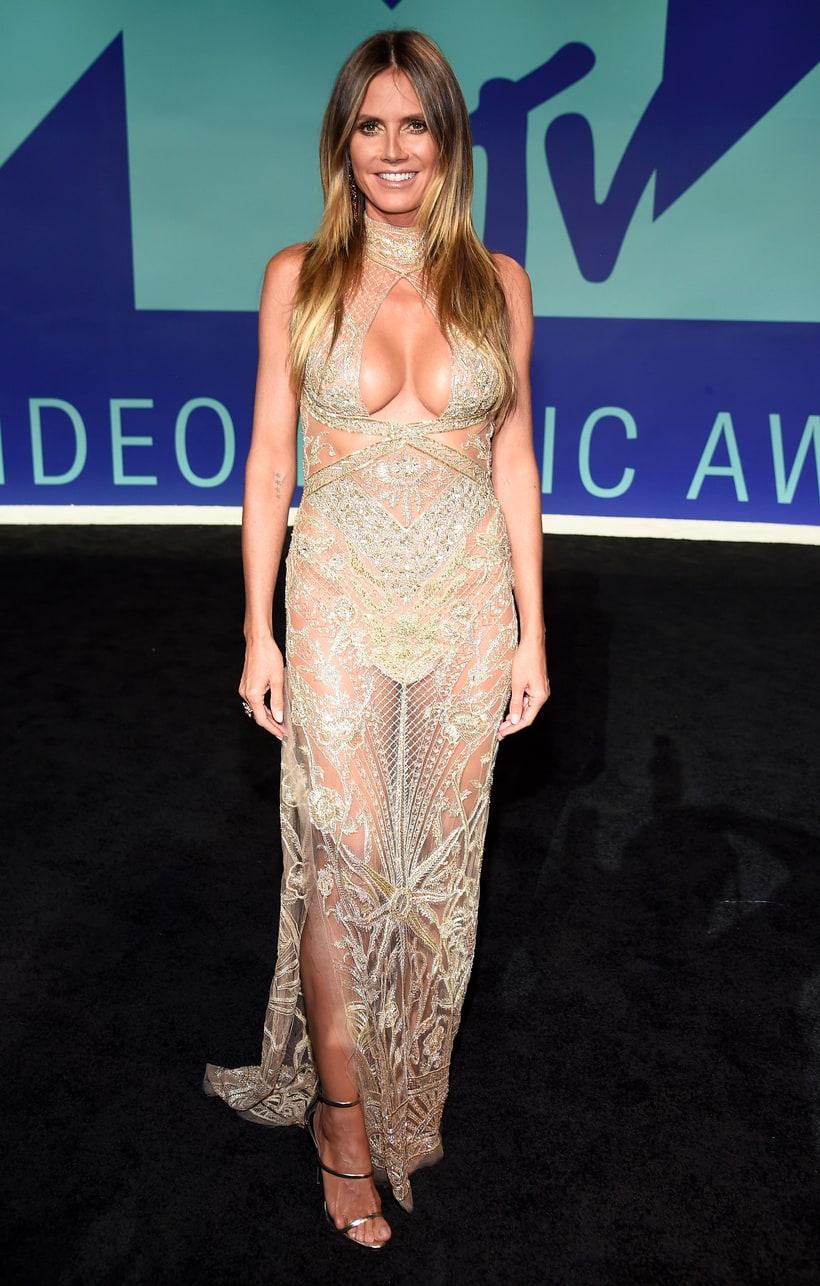 Heidi Klum nem érte be bugyimutogatással, mellé az ikreket is kitette.
