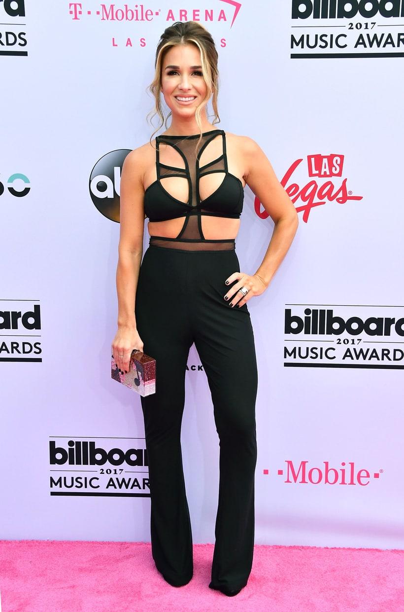 Jessie James Decker country előadóhoz képestigen merész outfitet választott. Ez már tényleg nem több, mint amit egy decensebb rúdtáncosnő felvenne.