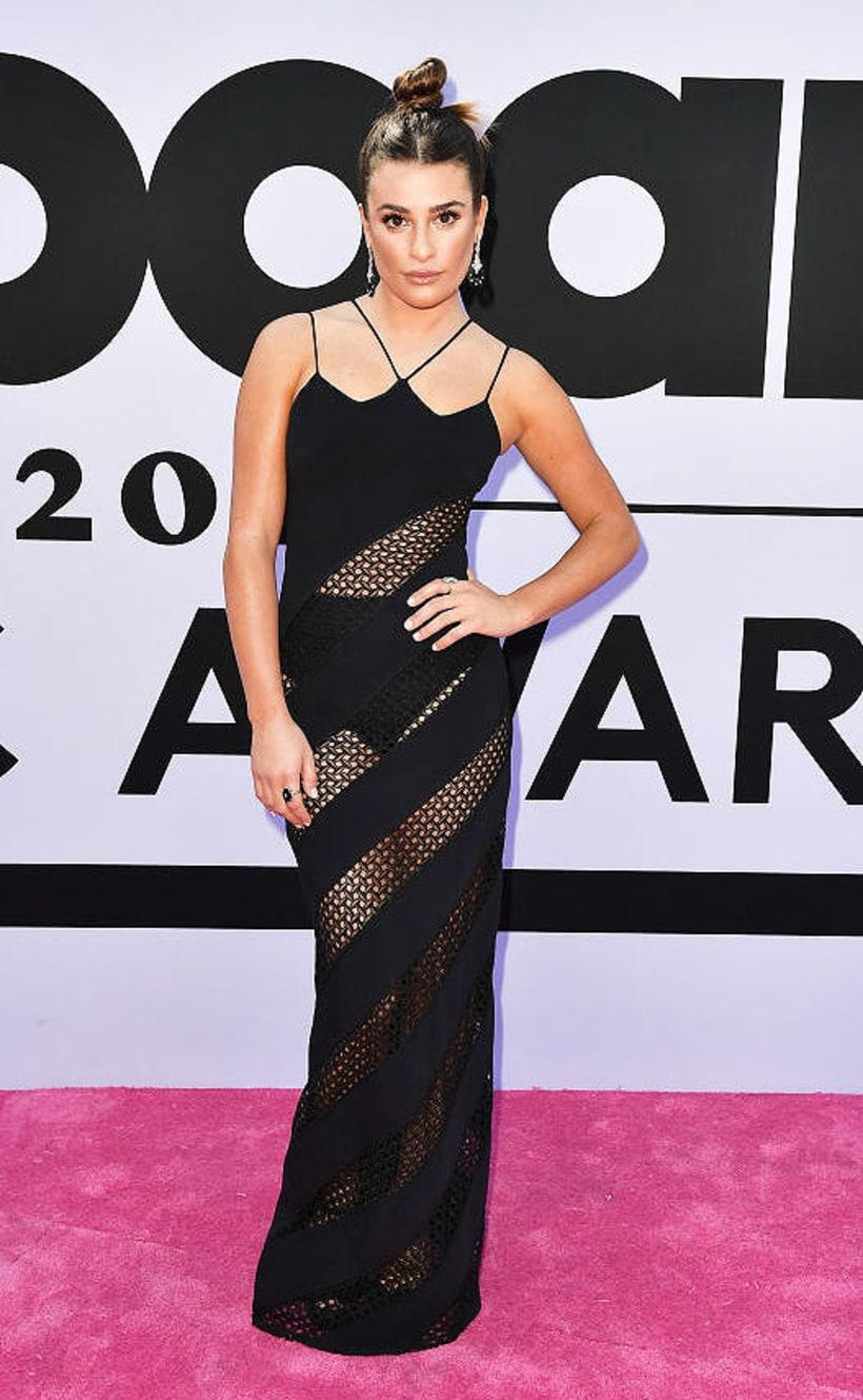 Lea Micheléról tudjuk, hogy szereti megmutatni, amije van, de ez a ruha egyszerűen méltatlan a színésznőhöz. Testhezálló, neccbetétekkel dekorált csoda - ha Morticia Addams prostinak akarna öltözni, ezt választaná.