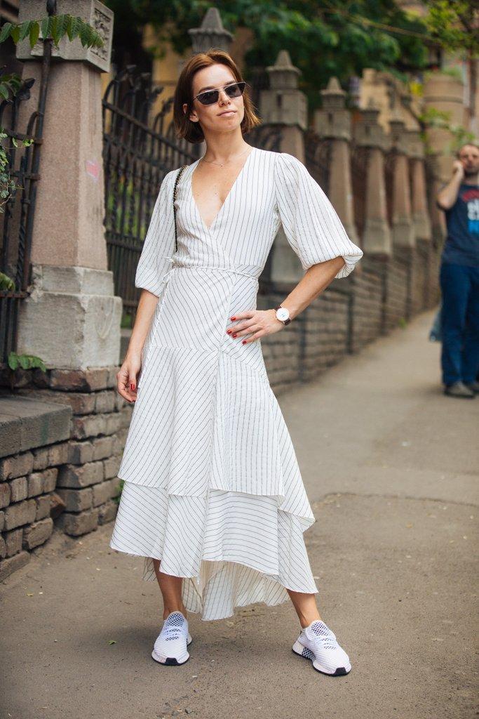 Egy jó ruhában az a pláne, hogy sportciővel épp olyan jól mutat egy dolgos hétköznapon, mint magas sarkúval és fancy sminkkel egy esküvőn.<br />