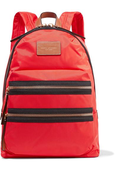 <a href='https://www.net-a-porter.com/hu/en/product/893822/marc_jacobs/biker-leather-trimmed-shell-backpack' target='_blank' rel='noopener noreferrer'>Marc Jacobs</a></p>