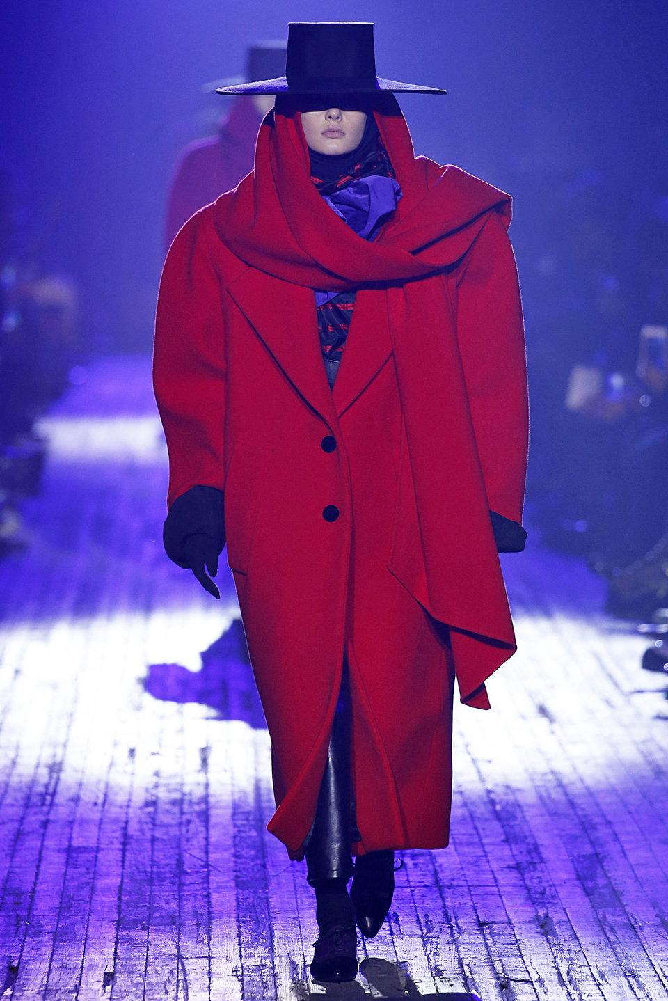 Ha már a filmes inspirációknál tartunk – a Dick Tracybe simán beleférne a Marc Jacobs kifutóján látott kabát és kalap!<br />