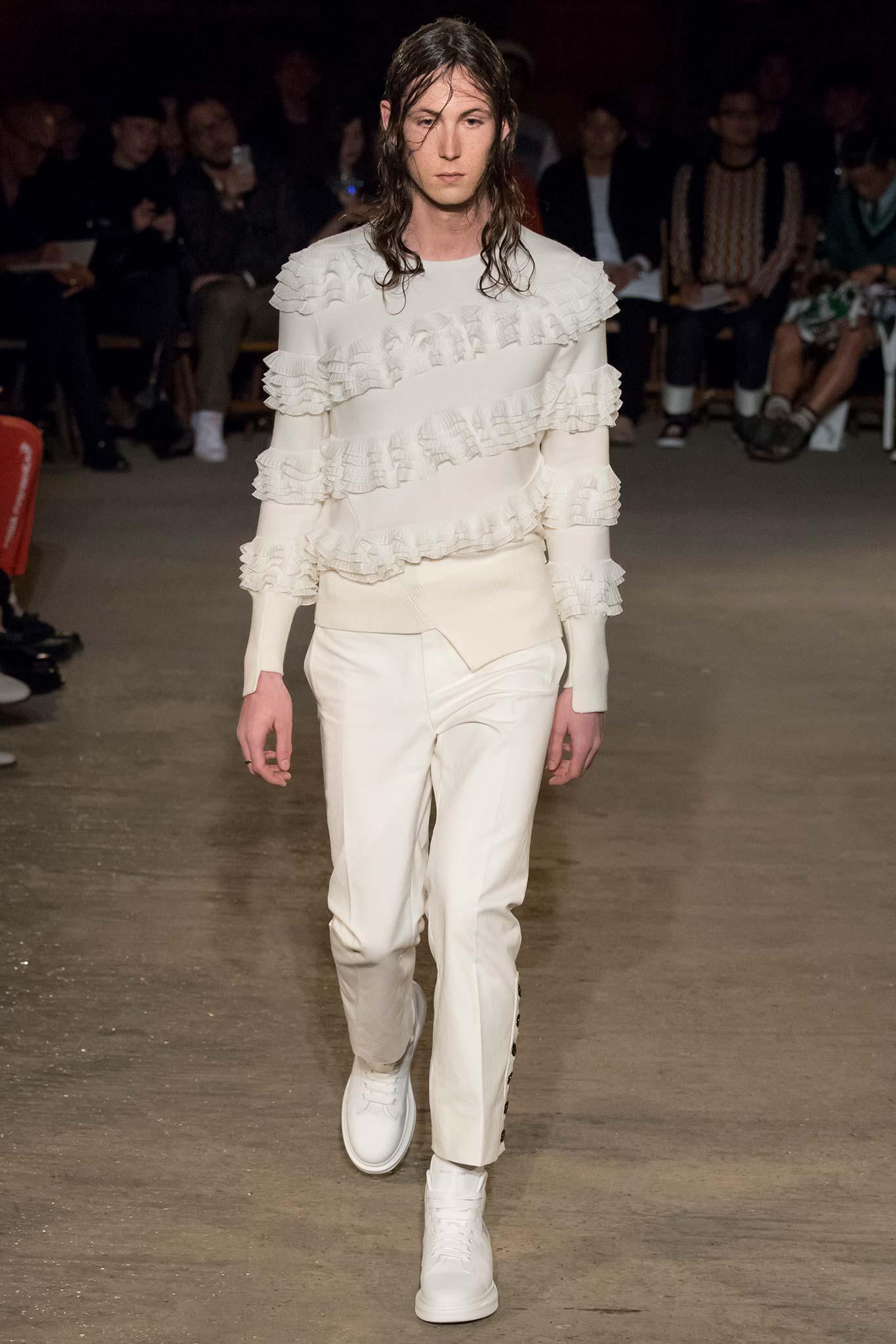 Érdekes pulcsi az Alexander McQueen kifutón