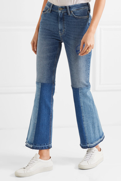 Trapéz szárral, <a href='https://www.net-a-porter.com/hu/en/product/774151/Mih_Jeans/angie-patchwork-embroidered-mid-rise-flared-jeans' target='_blank'>M.I.H. Jeans</a></p>