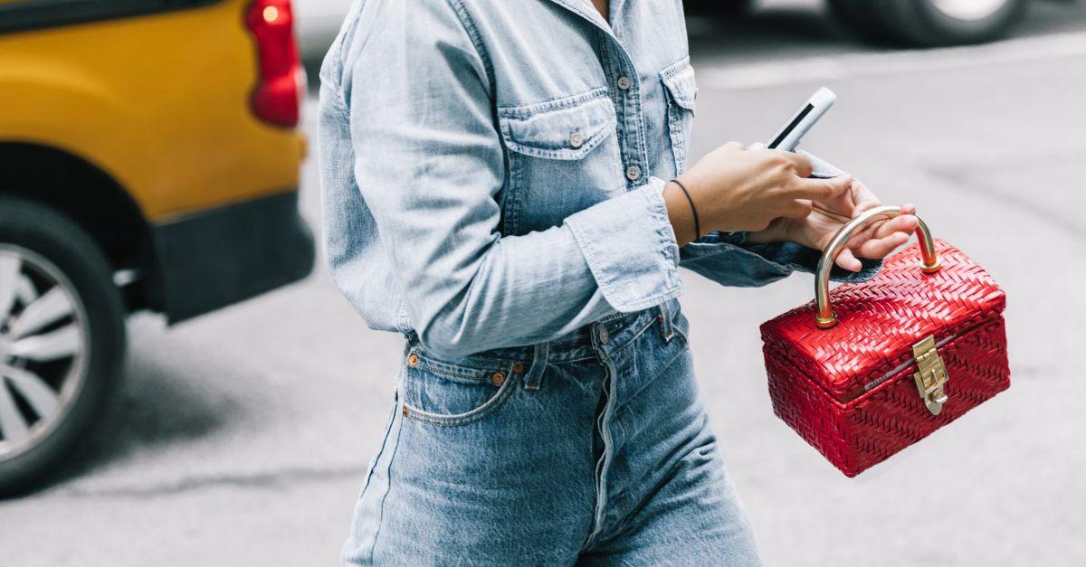 Invesztálj be mini kézitáskába, amibe pont a mobilod és a hitelkártyád fér csak be! Ezzel azt az érzetet lekted, hogy neked nincs szükséged semmi másra csak bankkártyára és térerőre, a többit mind megveheted magadnak.<br />