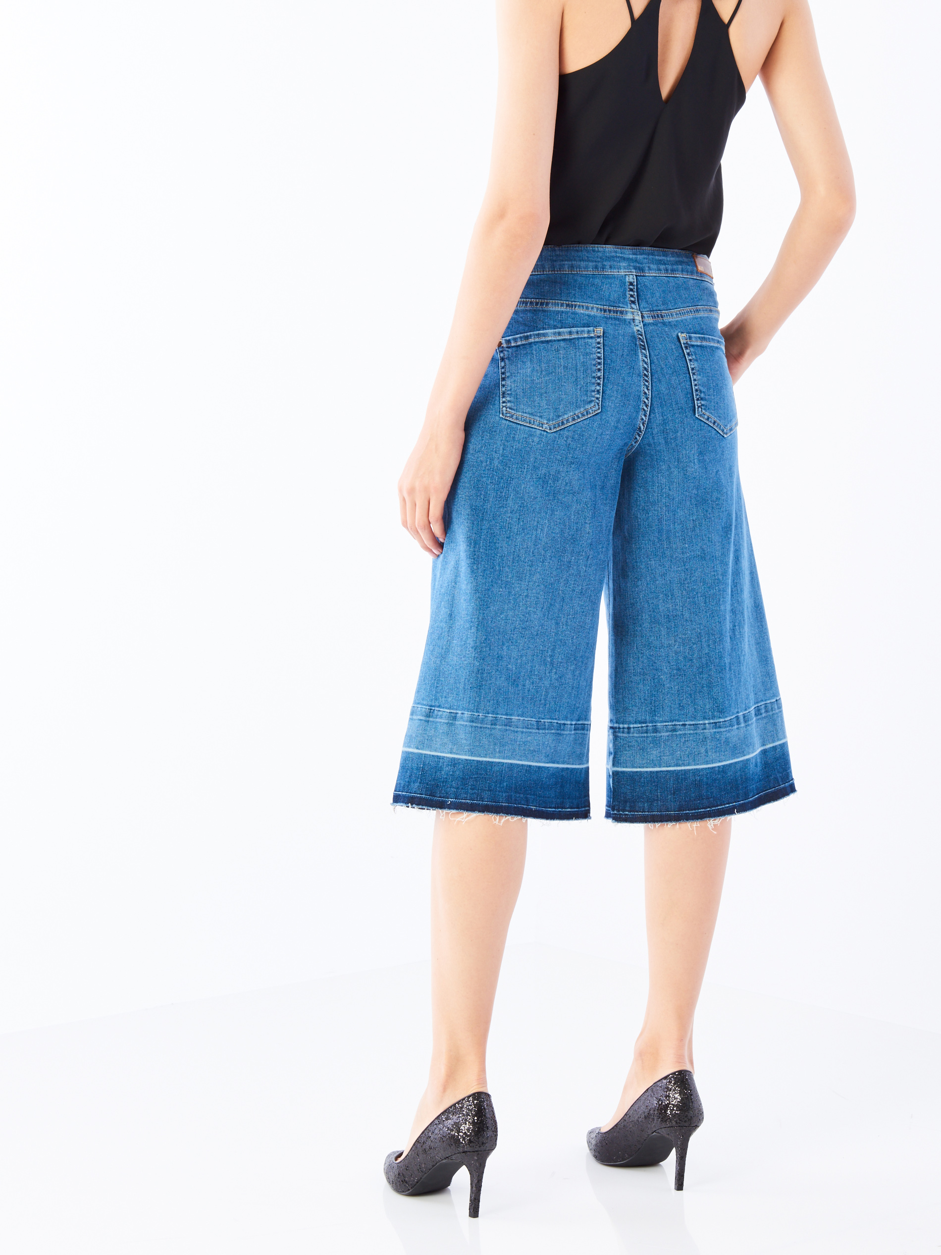 Rövid fazon, <a href='http://www.mohito.com/hu/hu/collection/all/trousers-jeans/py219-55j/culottes-jeans' target='_blank'>Mohito</a></p>