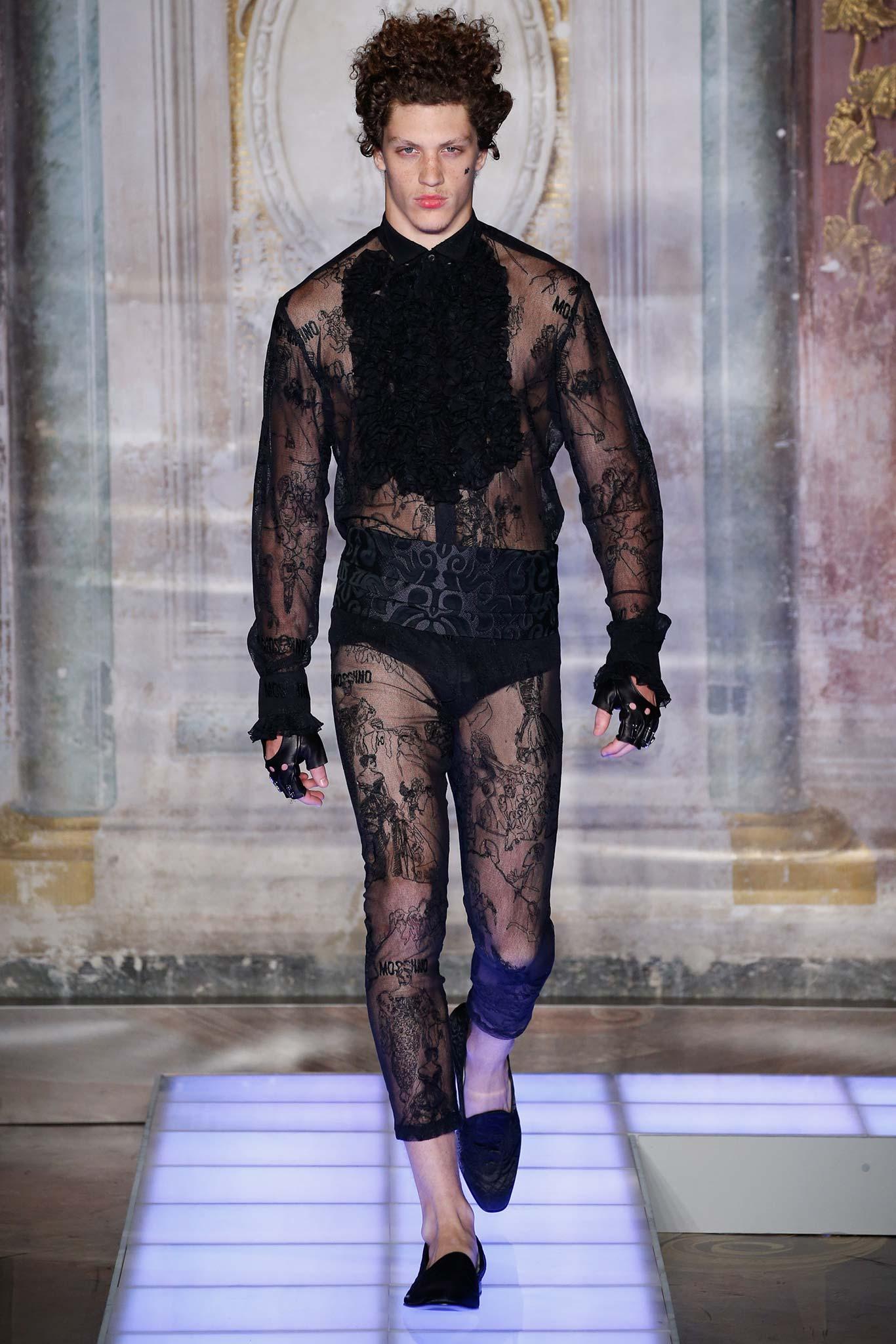 Moschino. Remélem, Lady Gaga majd felveszi egy fellépésre. Vagy amikor leszalad a közértbe :)