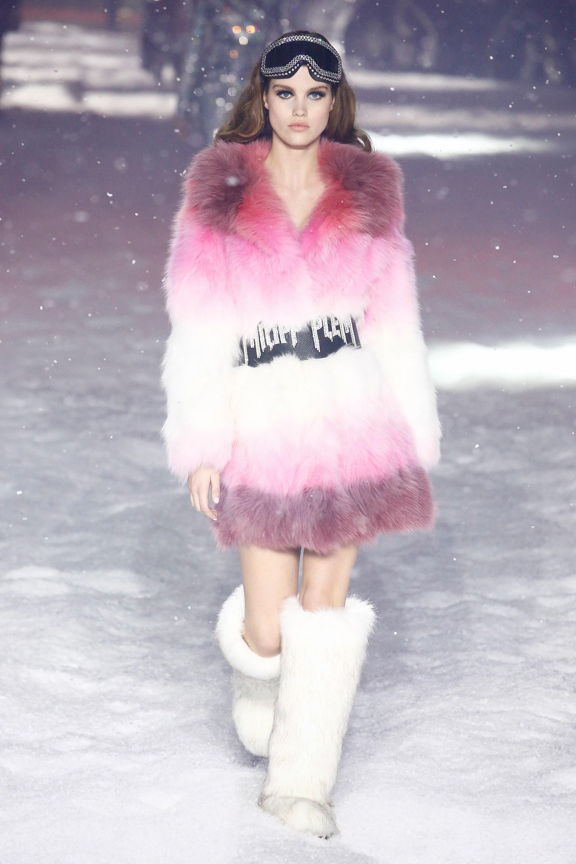 Philipp Plein így képzeli a sí divatot – valójában a jelenleg budapesti időjárásban is hasznát lehetne venni a kabátnak és a csizmának is!<br />