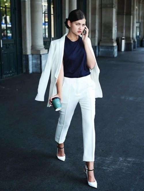 A fehér ruhák és a teljesen fehér szettek mindig sokkal drágább hatást keltenek, hiszen ezzel azt üzenjük a világnak, hogy én megengedhetem magamnak, hogy szinte minden nap rácsöppenjen a lasagne szósz a ruhámra.<br />