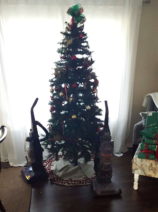 protecting-christmas-tree-from-dogs-cats-pets-27-585a864c257ac_605.jpg