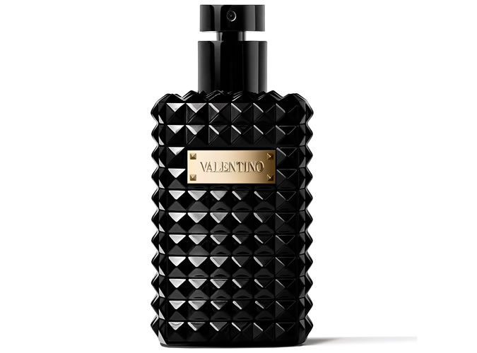 Valentino Noir Absolu Oud Essence<br />Az olasz divatmárka illatai egyszerűen zseniálisak. Kettő éve minden évszakban megveszem a Valentino soron következő új illatát, és ez most sincs másként. Ha ezt az új parfümöt egy szóval kellene jellemezni, akkor a kaméleon szó jutna eszembe először. A mogyoró, az édeskés cukorka, botanikus sáfrány és a pézsma kontraszt rétegeit lehet felismerni a parfümben, ami egy jól működő egységet képez.