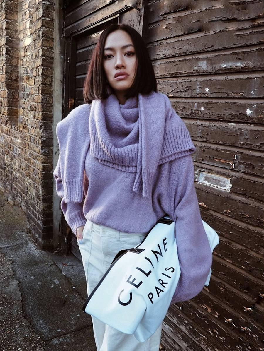 Idén a dupla pulóverekkel fel lehet robbantani az utcai divatot. Elég egy domináns szín vagy egy jó szabás! Ja, és kabát sem kell, mert annyira vastag és sokoldalú, hogy dzsekiként és sálként is funkcionál.