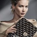 Jennifer Lawrence újra táskákat népszerűsít