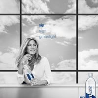 Jennifer Aniston vizet reklámoz